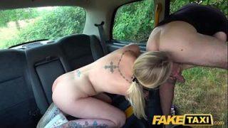 La Rubia Chica Tatuada le Hace un Beso Taxista
