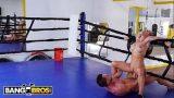 Chica rubia folla con su entrenador en el ring de boxeo