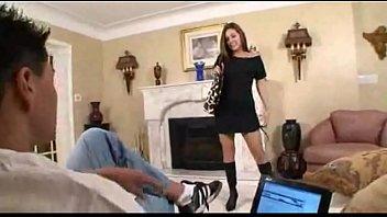Chica joven atractiva seduce a su padrastro