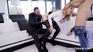 Secretaria española haciendo un trío sexo con sus dos jefes